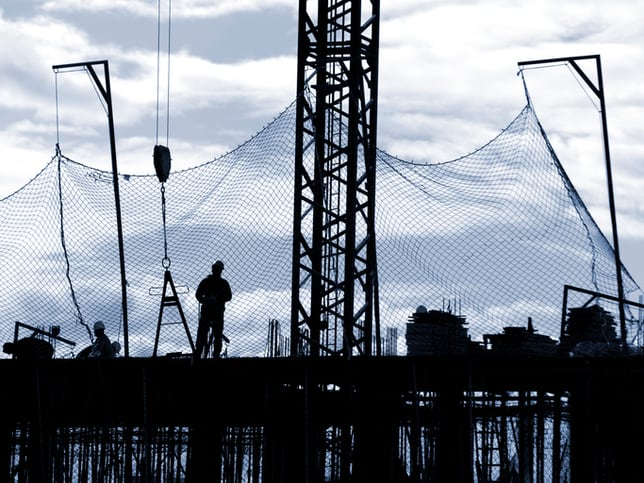 Construction site with debris safety net that follows ANSI/ASSE A10