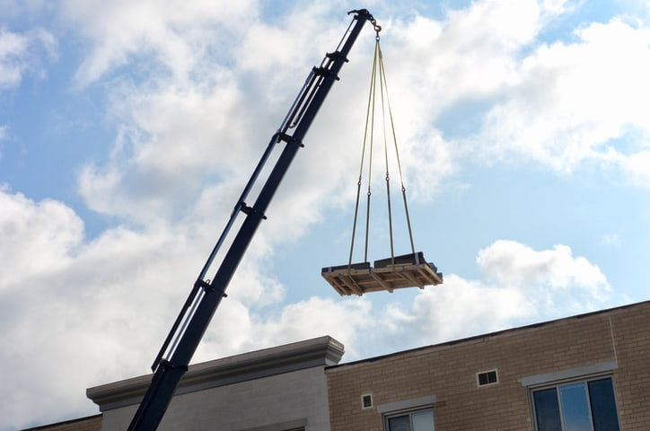 An ASME B30.9-2018 sling pulling up platform in work site